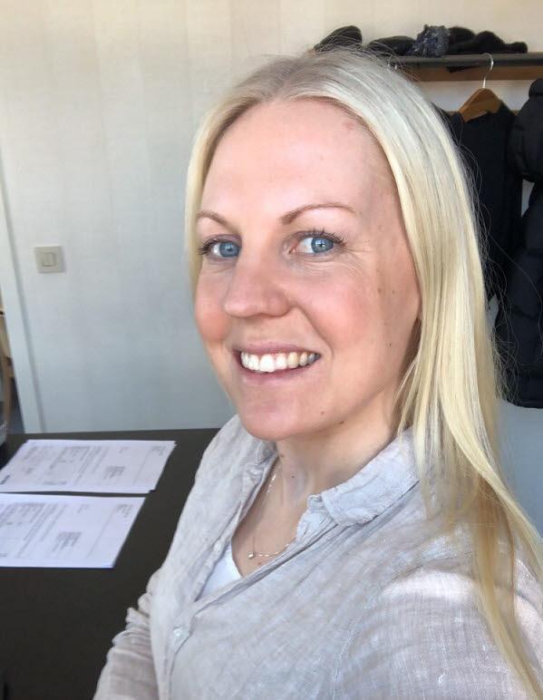 Erika vid sitt skrivbord