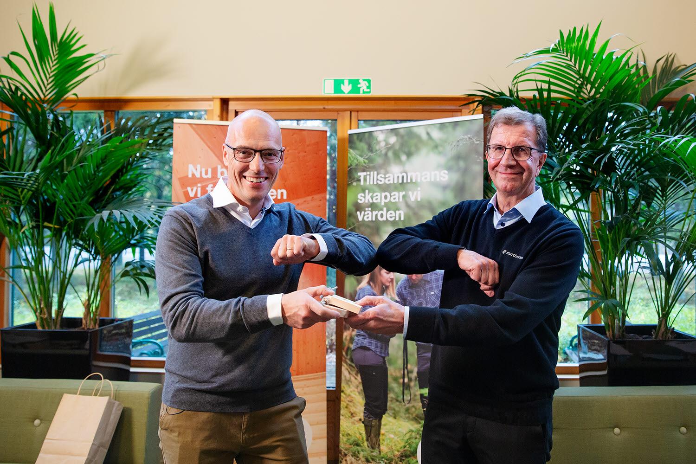 Lars Martinson lämnar över nyckeln till Johan  Padel