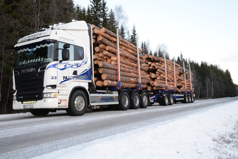 Timmerbil med totalvikt på 74 ton.