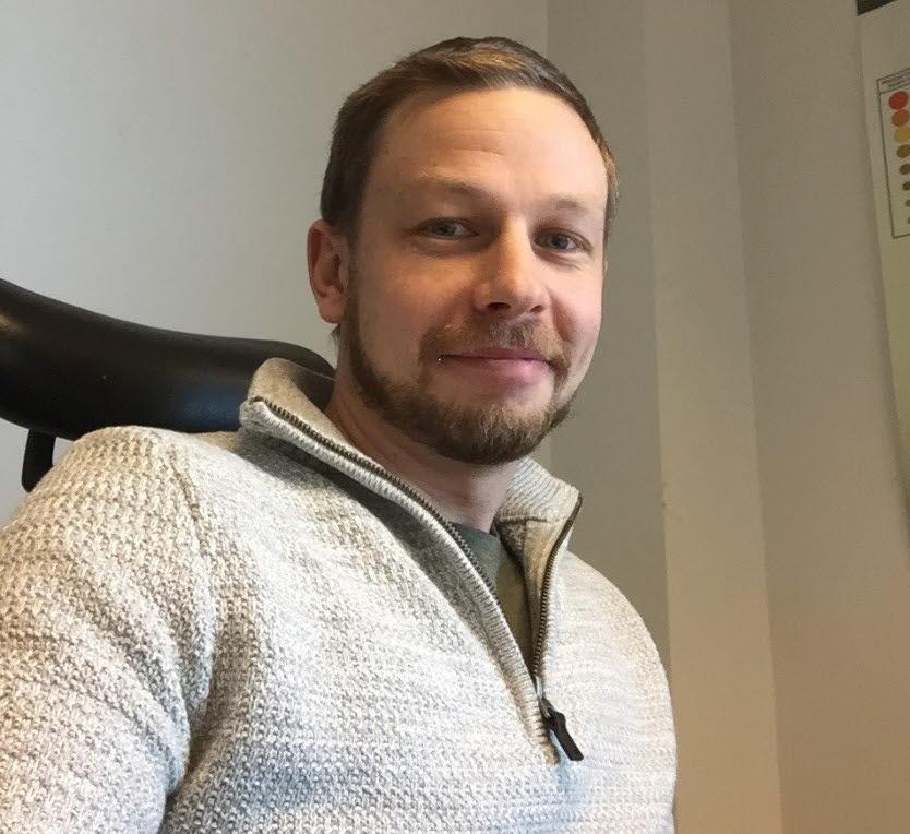 Gustav i sin kontorsstol