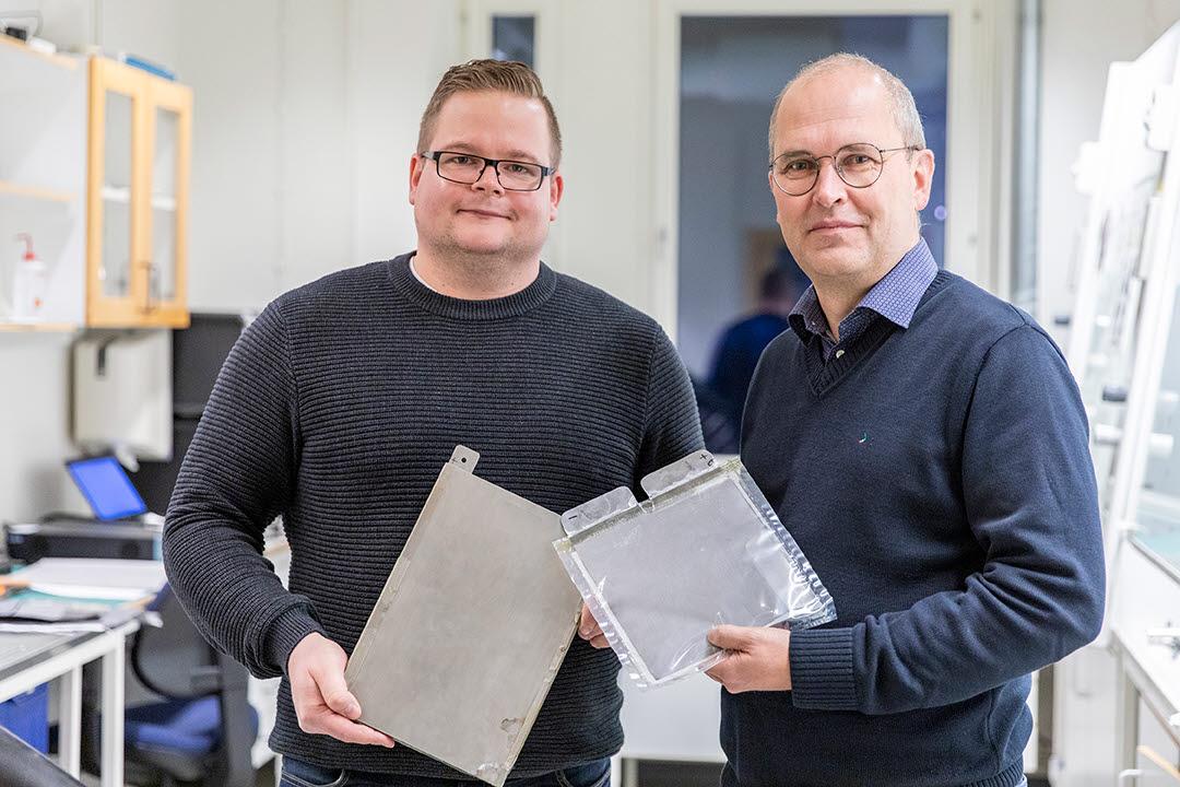 Nicklas och Johan visar superbatteriet
