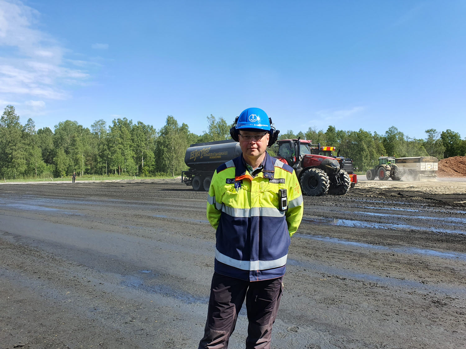 Niklas Paulsson in working clothes and a helmet outside Iggesund mill