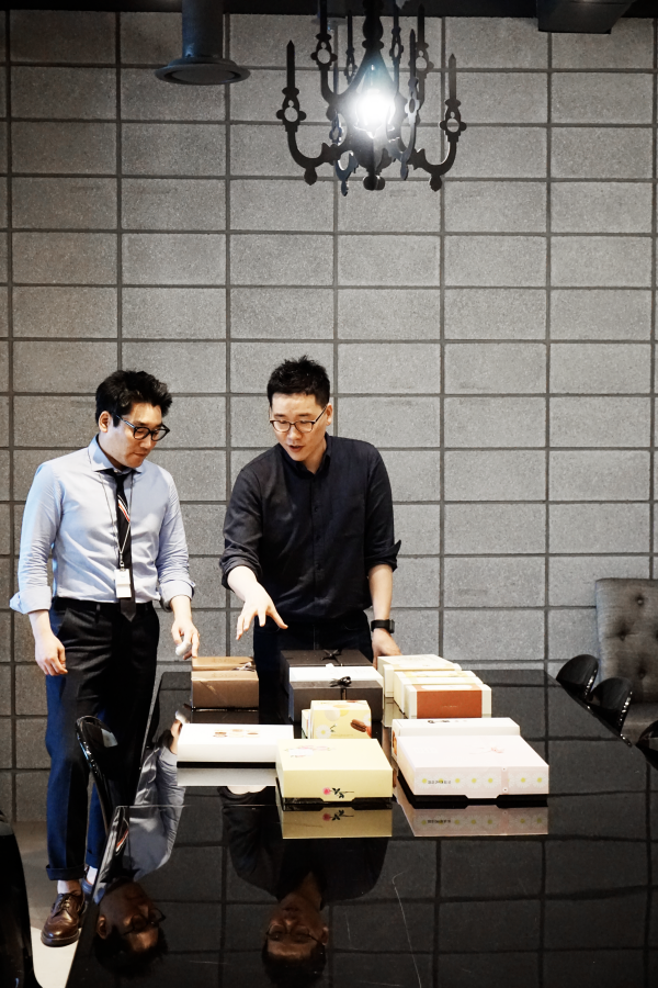 Dong Min Ho and colleague discussing paperboard boxes at SPC Group offices