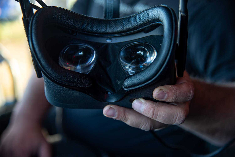 Timmerbilsföraren håller i ett par VR-glasögon