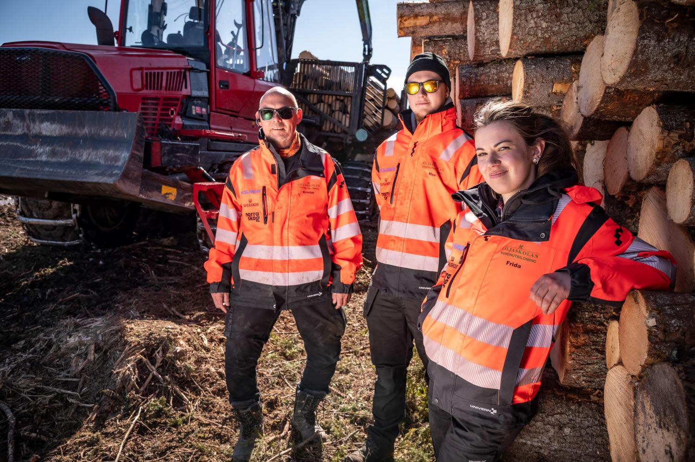 Krister Arnfjell Markusson, Max Johansson och Frida Dahlberg utbildar sig till skogsmaskinförare på Liljaskolan.